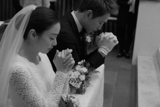 Keputusan Rain dan Kim Tae Hee untuk tetap merahasiakan wajah anak mereka sepertinya cukup tepat karena mereka adalah selebriti populer (dok. Soompi)
