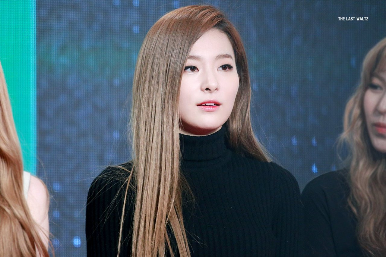 Seulgi looks absolutely amazing in this sexy dress.