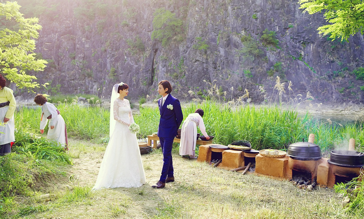 Lee Na Young and Won Bin opted for a simple wedding on a grass field.
