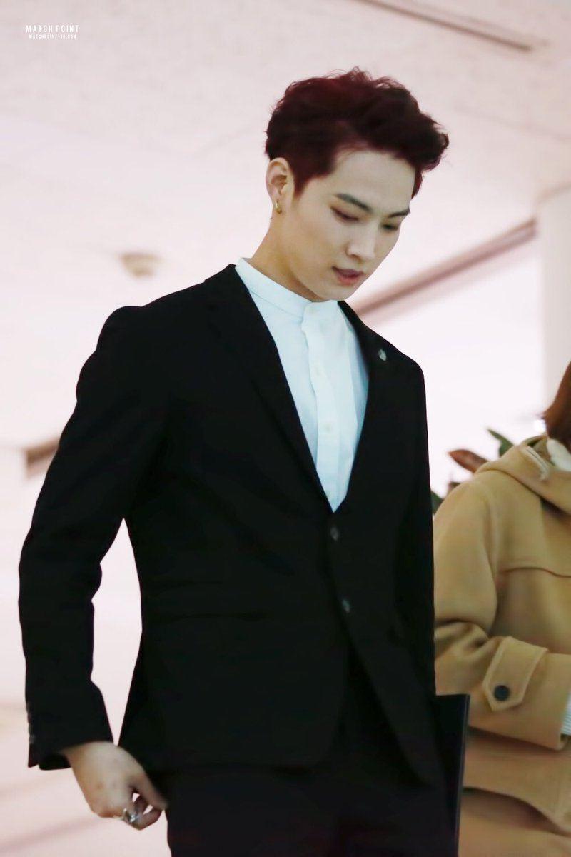 JB выглядит обходительным и стильно с отодвигается бордового.