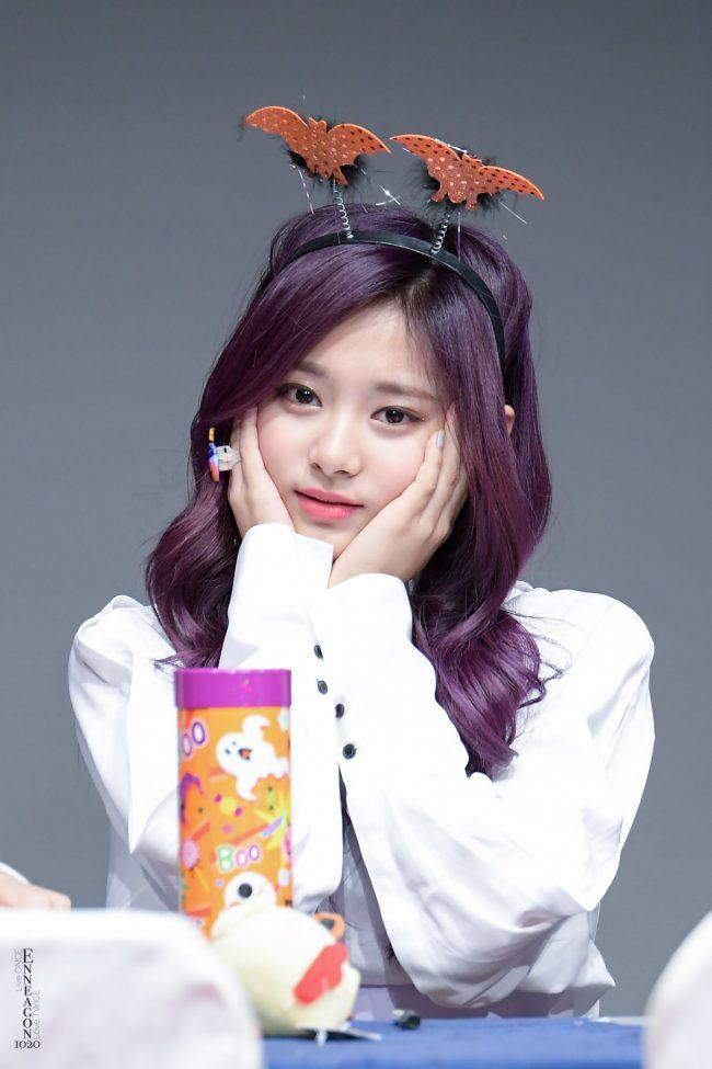 Tzuyu with a bat-themed isn't spooky in the slightest
