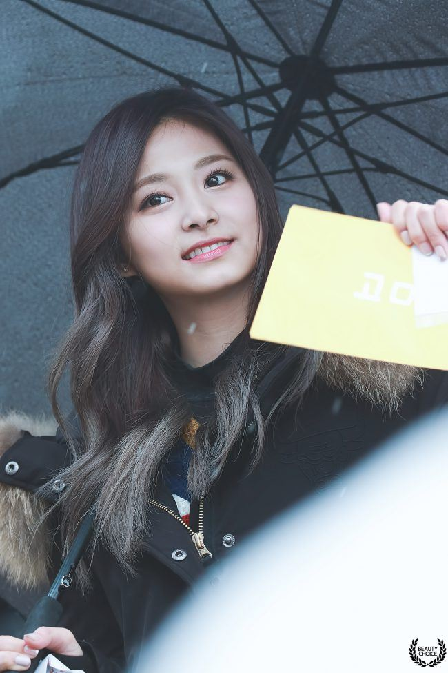 Twice S Tzuyu Goes Viral In Japan After Photos Emerge Of
