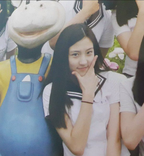 Eunseo's junior high school graduation photo.