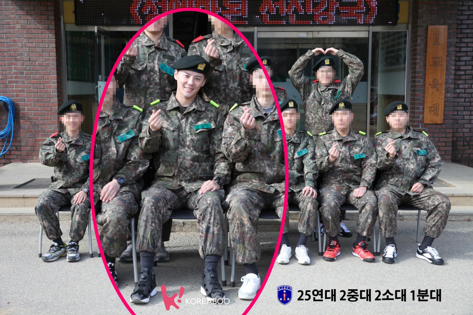 Junsu mengenakan seragam militer