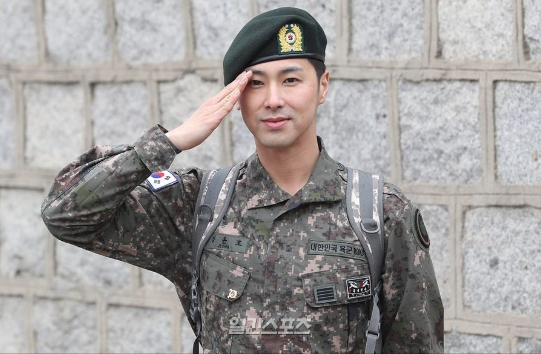 TVXQs Yunho officially gets discharged from the army