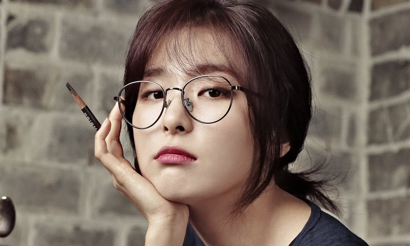 6 Female Idols Who Are Surprisingly Irresistible in Glasses