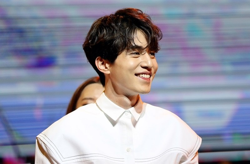 Lucky fan goes out on a date with Lee Dong Wook