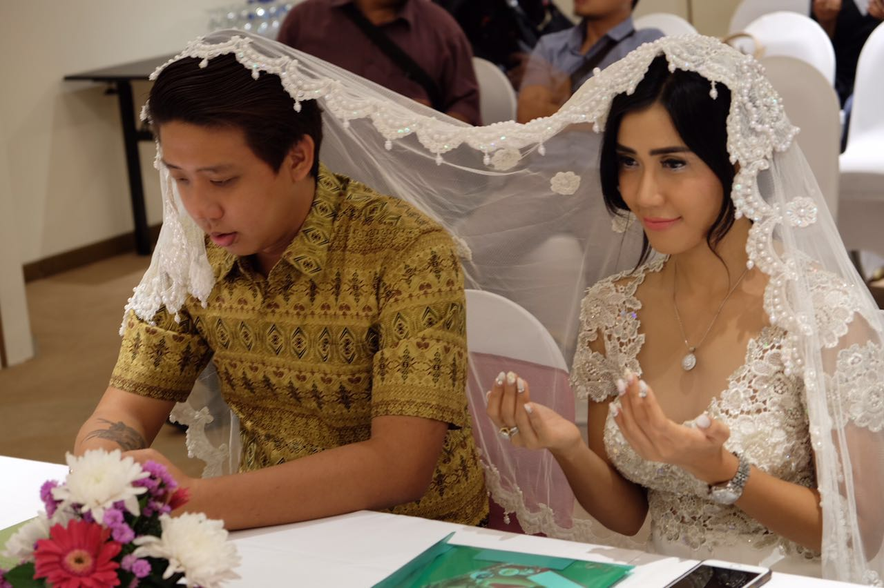 Indonesian Celebrity Simple indonesian actress meets millionaire on tinder…marries him 6 days