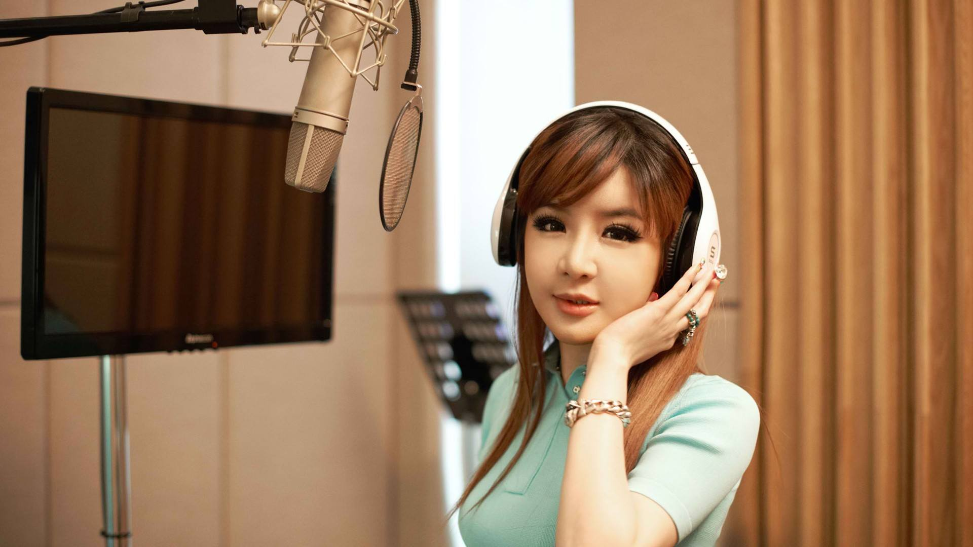 Park Bom's Latest Tweets Suggest She May Still Be Part of YG Entertainment