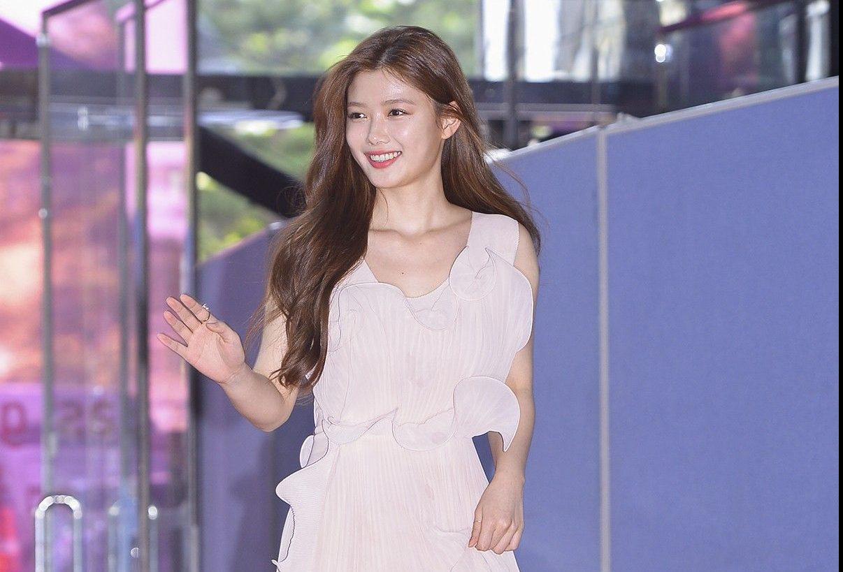 Kim Yoo Jung may have worn the cheapest dress Baeksang Awards
