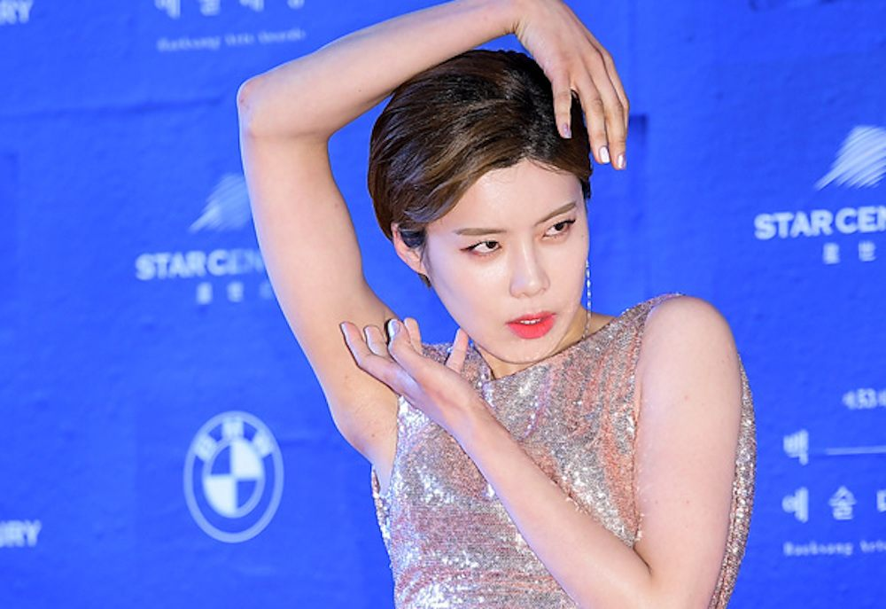 "This video of Jang Do Yeon's epic ""high fashion poses"" is going viral"
