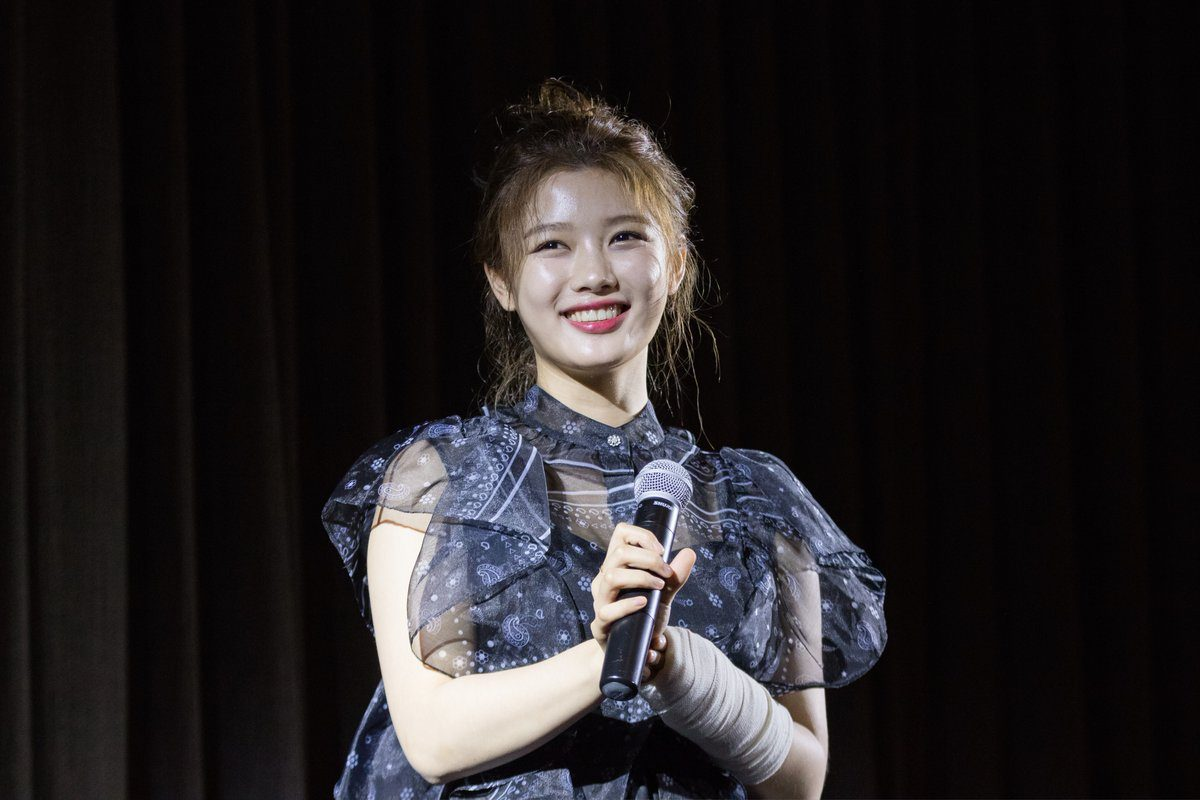 Kim Yoo Jung Greets Fans In Singapore Despite Arm Injury