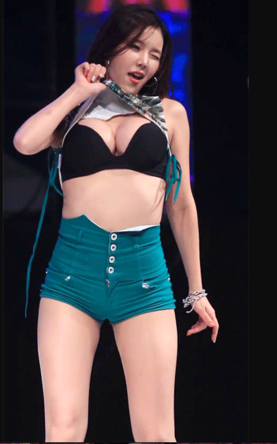 Hyeri Lifts Her Shirt And Exposes Her Bra On Stage Koreaboo