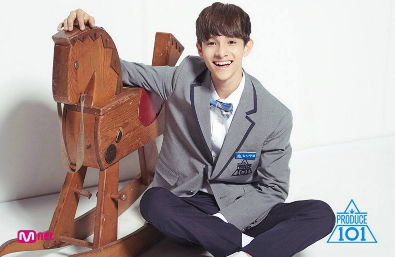 Produce 101 Samuel Is Banned From Taking Photos With Fans, So He Did This Instead