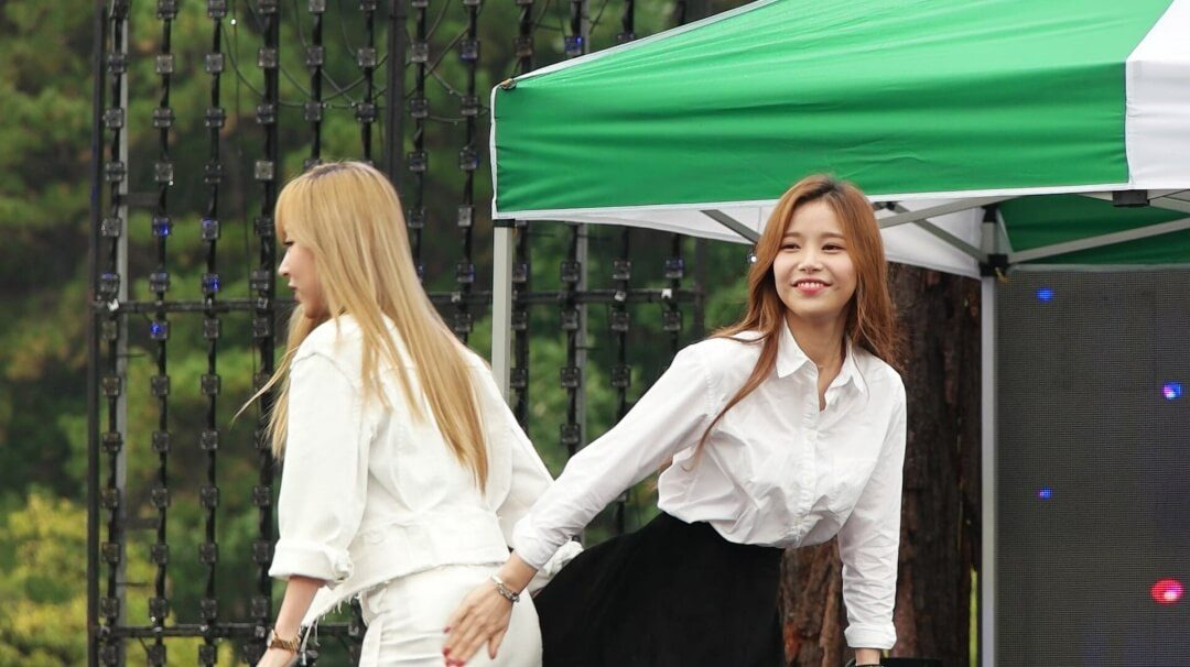 MAMAMOO can't stop touching each other's butts… and here's proof