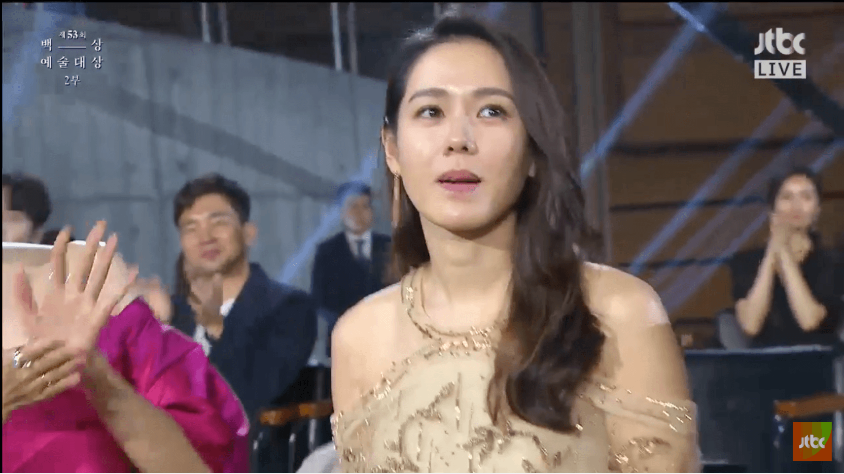 "Son Ye Jin Wins ""Best Movie Actress"" At 2017 Baeksang Art Awards"