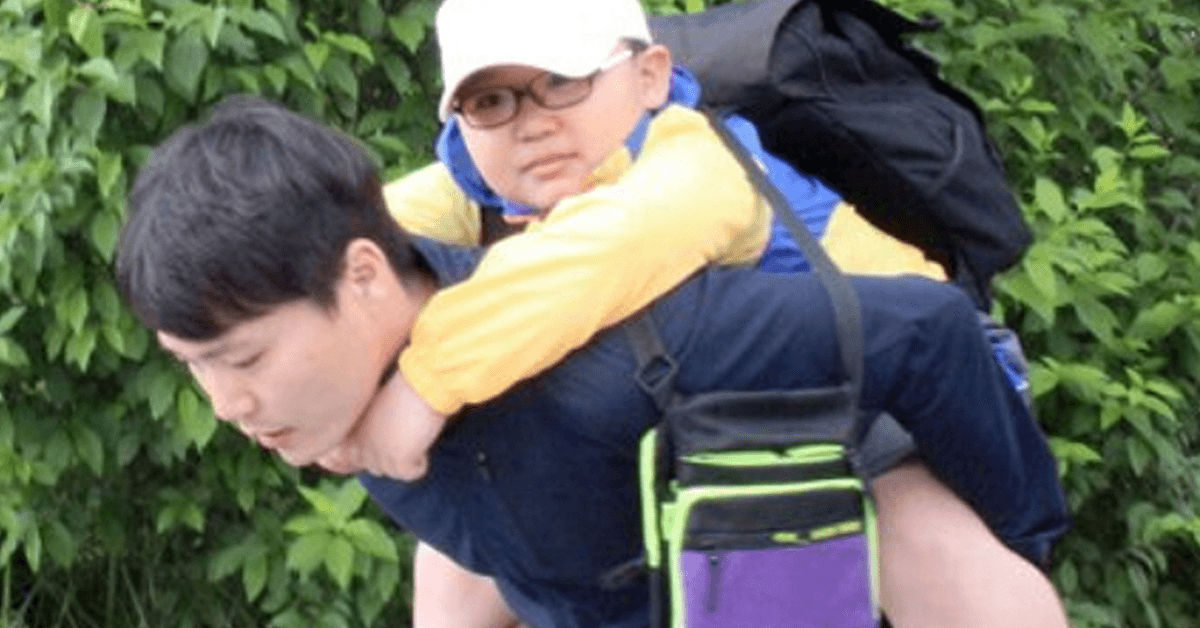 Korean teacher carried his injured student around on a field trip for 2 days