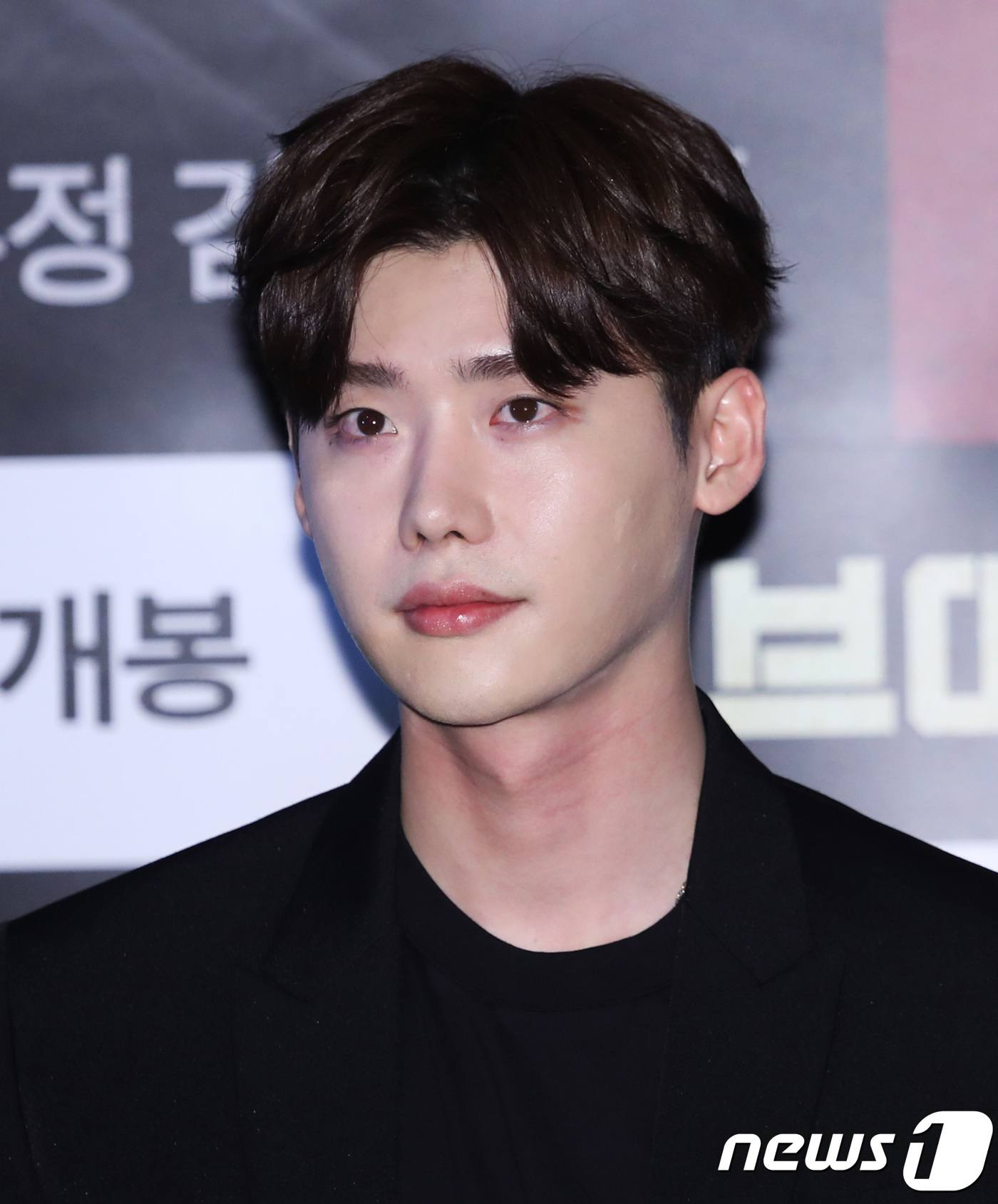 Lee Jong Suk Replied To A Fan's DM For The First Time Ever