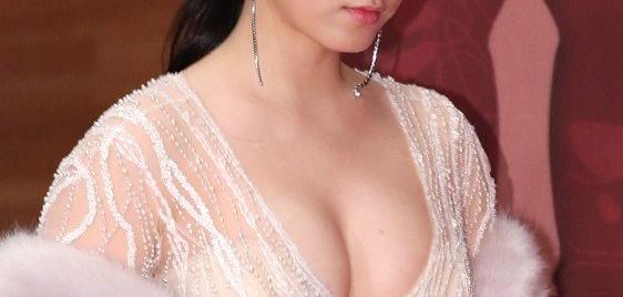 Ryu Hyoyoung's Sexy Dress At 2017 MBC Drama Awards Red Carpet